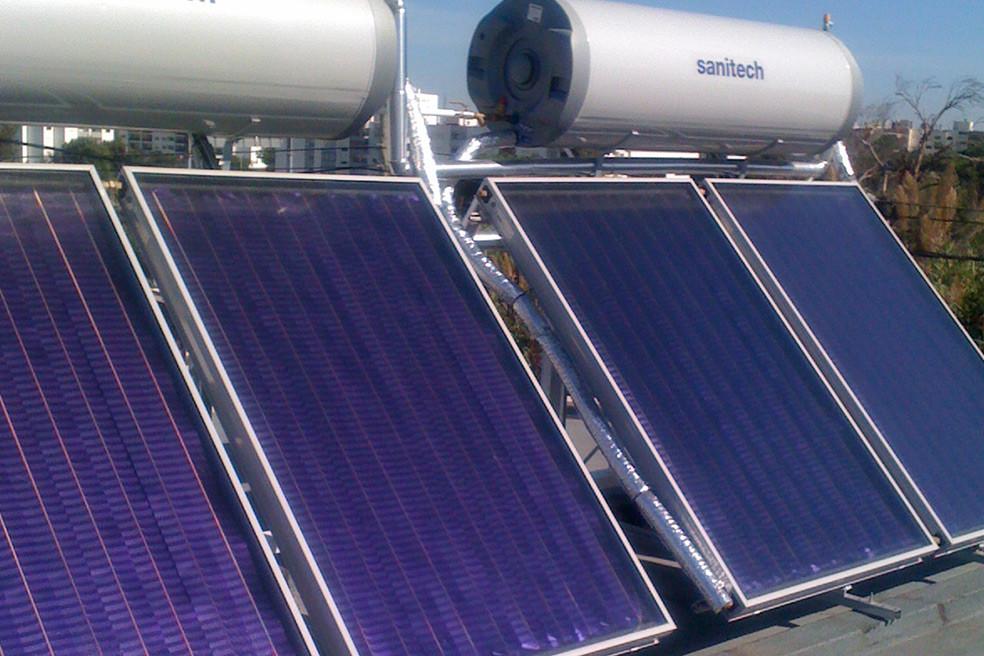 paineis solares, termosifão sanitech para aquecimento de águas, telhado