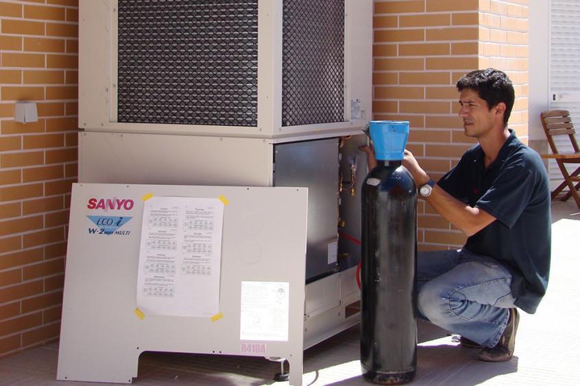 Técnico a instalar máquina vrv, instalação de vrv, ar condicionado